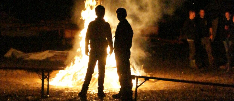 Kinder vor Lagerfeuer