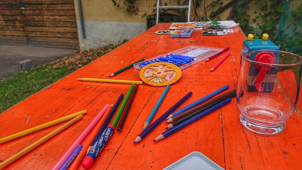 Tisch mit Bastelmaterial