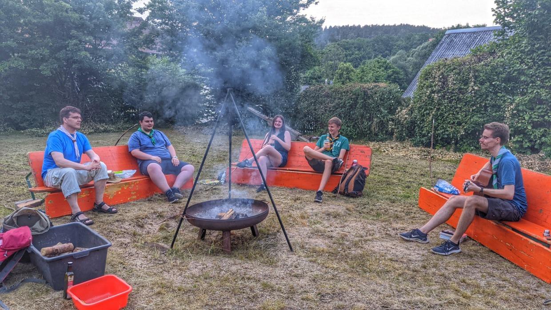 Lagerfeuer mit singenden Menschen